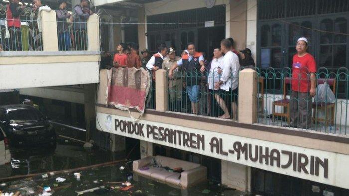 Gubernur DKI Jakarta Anies Baswedan meninjau banjir di Teluk Gong, Kelurahan Pejagalan, Penjaringan, Jakarta Utara, Jumat (3/1/2020).(KOMPAS.com/NURSITA SARI)