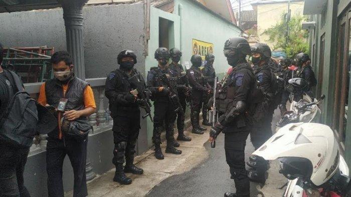 Aparat gabungan dari unsur kepolisian dan TNI di Markas FPI Jalan Petamburan III, Petamburan, Jakarta Pusat, Rabu (30/12/2020).