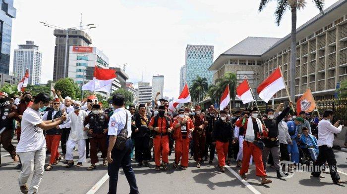 Aparat gabungan TNI-Polri membubarkan simpatisan Front Pembela Islam (FPI) yang akan melakukan demonstrasi 1812 di sekitar patung Kuda Arjuna Wijaya, Jakarta Pusat, Jumat (18/12/2020). Demonstran menuntut pembebasan Habib Rizieq Shihab dan pengusutan penembakan enam laskar FPI. Tribunnews/Herudin