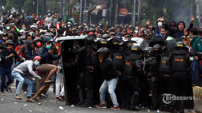 Aparat Kepolisian bersitegang dengan pendemo di kawasan Harmoni, Jakarta, Kamis (8/10/2020). Demonstrasi menolak UU Cipta Kerja berlangsung ricuh.