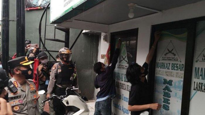 Aparat TNI-Polri mencopot atribut di markas FPI Petamburan, Jakarta Pusat, Rabu (30/12/2020)