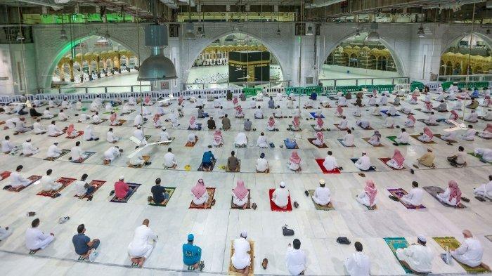 FOTO: Warga Arab Saudi dan WNA melakukan sholat