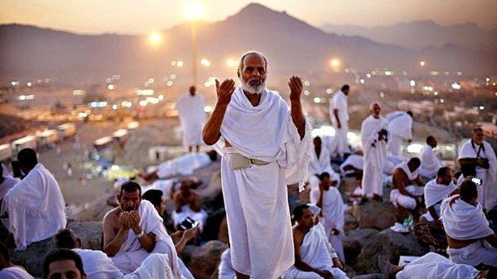 Jamaah haji sedang berdoa ketika melaksanakan wukuf di padang Arafah.