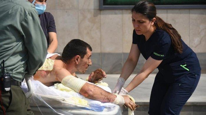 FOTO: Sebuah foto dari Kementerian Luar Negeri Armenia pada 28 September 2020 ini menunjukkan petugas medis membantu seorang pria, yang terluka dalam bentrokan di wilayah Nagorno Karabakh yang memisahkan diri dari Azerbaijan.