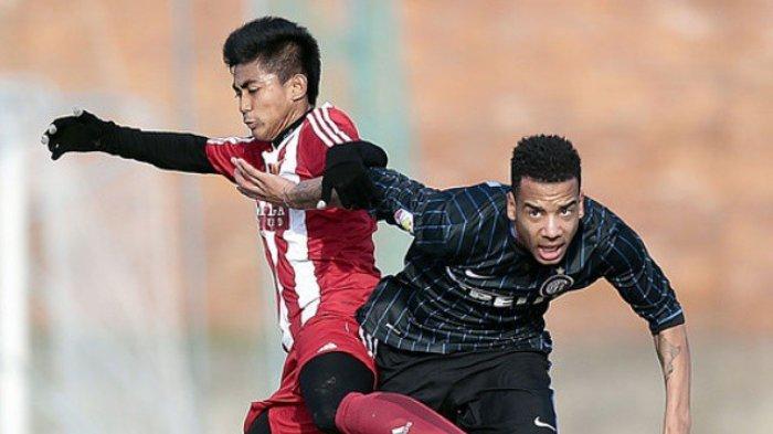 Arsyad Yusgiantoro (kiri) bermain untuk Pro Duta FC.