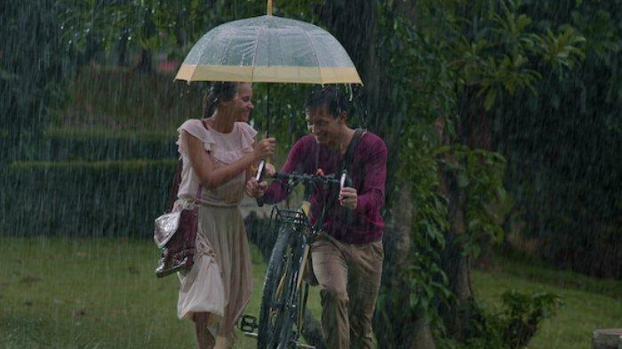 Aurora Ribero dan Jefri Nichol di film Seperti Hujan yang Jatuh ke Bumi
