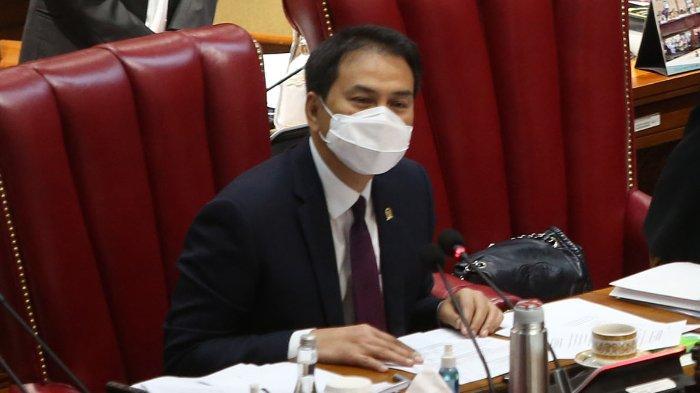 Azis Syamsuddin saat penyerahan berkas oleh Ketua Badan Legislasi DPR Supratman Andi Atgas kepada Ketua DPR Puan Maharani saat pembahasan tingkat II RUU Cipta Kerja pada Rapat Paripurna di Kompleks Parlemen, Senayan, Jakarta, Senin (5/10/2020). Dalam rapat paripurna tersebut Rancangan Undang-Undang Cipta Kerja disahkan menjadi Undang-Undang.