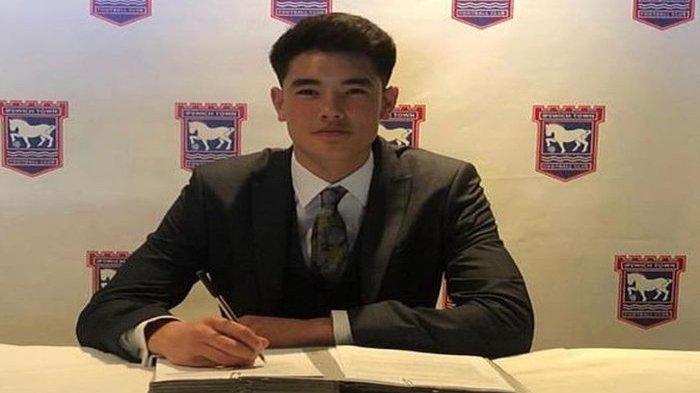 Bek keturunan Indonesia, Elkan Baggott, saat menandatangani kontrak beasiswa akademi Ipswich Town.
