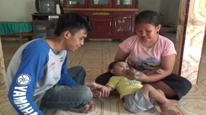 Hadijah Haura dan kedua orangtuanya. Tak Mampu Belikan Susu, Orangtua Balita di Sulbar Beri 5 Gelas Kopi Per Hari Sejak Usia 6 Bulan.