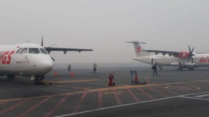 Dua dari tujuh pesawat yang mengalami penundaan keberangkatan akibat tebalnya kabut asap di Bandara Syamsuddin Noor, Banjarmasin, Kalsel, Minggu (15/9/2019).