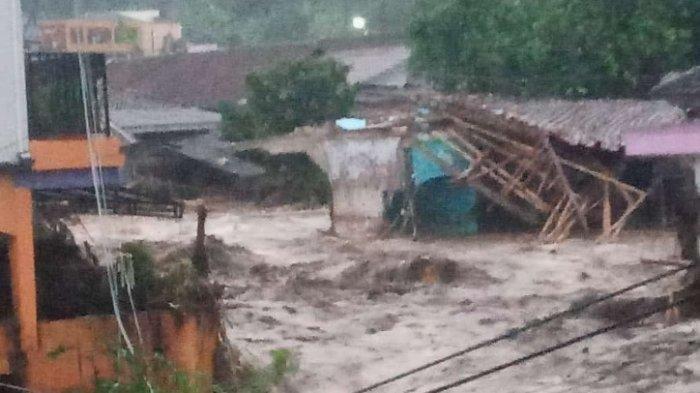 Pabrik Aqua terendam akibat banjir bandang di Sukabumi.