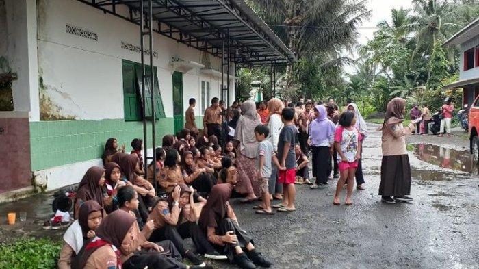 Sebagian siswa SMP Negeri 1 Turi Sleman, Yogyakarta, yang selamat dari terjangan aliran sungai yang deras saat melakukan kegiatan Pramuka susur sungai di Sungai Sempor, Jumat (21/2/2020).(dok BNPB)