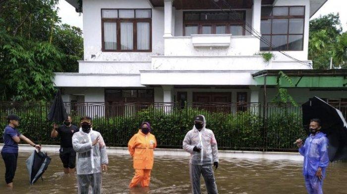 Banjir turut merendam bagian depan rumah Kapolri Jenderal Listyo Sigit Prabowo di Komplek Polri, Mampang Prapatan, Jakarta Selatan pada Rabu (18/2/2021) siang.