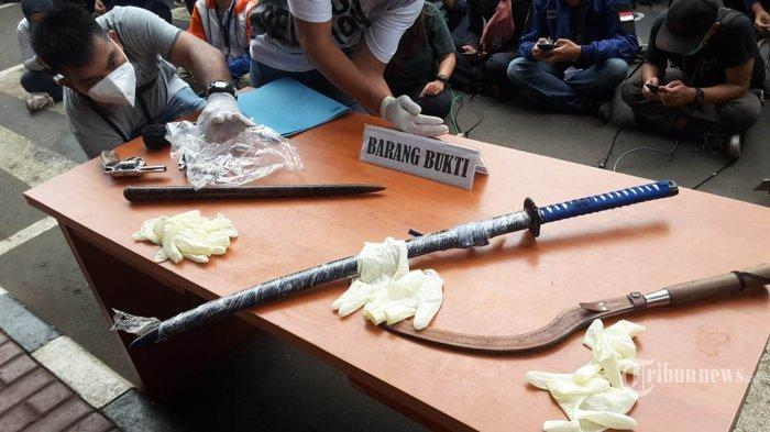 Barang bukti digelar saat rilis kasus dugaan penyerangan anggota polisi oleh pendukung Front Pembela Islam (FPI) di Gedung Direskrimum Polda Metro Jaya, Jakarta Pusat, Senin (7/12/2020). Pada rilis tersebut Kapolda Metro Jaya Irjen Pol Fadil Imran Fadil Imran menyebutkan bahwa pada peristiwa penyerangan tersebut polisi terpaksa menembak karena merasa terancam oleh beberapa orang dari kelompok pendukung FPI yang menyebabkan 6 orang dari kelompok FPI meninggal dunia. Tribunnew/HO/Humas Mabes Polri