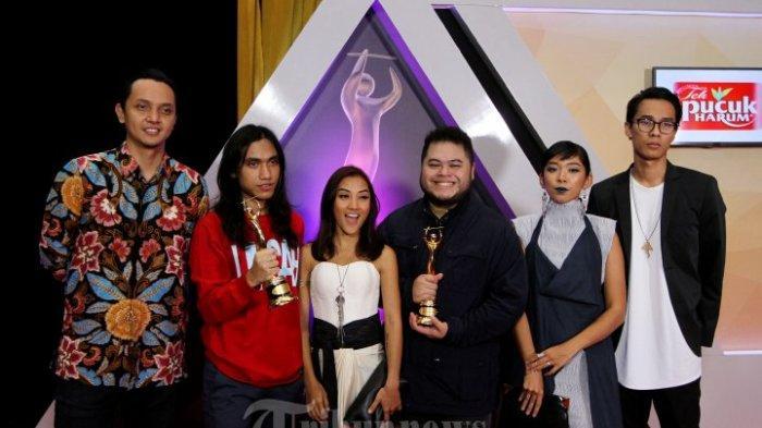 Grup musik alternatif rock Barasuara berhasil meraih penghargaan Anugerah Musik Indonesia (AMI) Awards 2016 yang digelar di Ecovention Ancol, Jakarta Utara, Rabu (28/9/2016) malam. Barasuara berhasil meraih penghargaan Produksi Album Alternative Terbaik di ajang AMI Awards ke-19 melalui karyanya