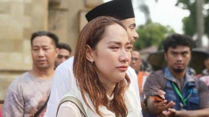 Penyanyi Bunga Citra Lestari (BCL) bersama suami, Ashraf Sinclair usai mengikuti prosesi pemakaman Presiden ketiga Bacharuddin Jusuf Habibie di Taman Makam Pahlawan Kalibata, Jakarta Selatan, Kamis (12/9/2019) siang.