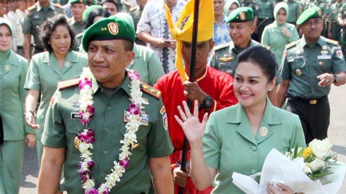 Mayor Jenderal (Mayjen) TNI Agus Surya Bakti bersama istrinya, Bella Saphira.Dikaitkan dengan Kasus Istri TNI Nyinyir soal Wiranto, Istri Jenderal TNI Bintang 3 Ini Jadi Sorotan. (TRIBUN TIMUR/SANOVRA JR)
