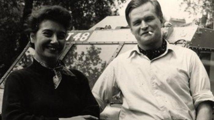 Ben Carlin (kanan) dengan latar belakang kendaraan amfibi