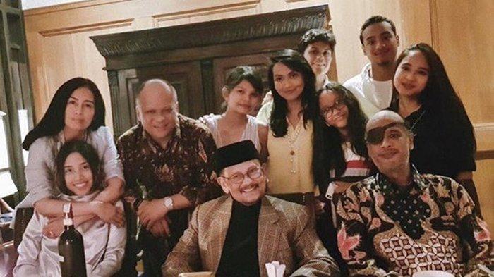 Insana Abdul Adjid bersama Ilham Habibie dan keluarga, terdapat pula BJ Habibie.