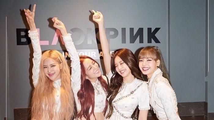 Girlband asal Korea Selatan, BLACKPINK (dari kiri ke kanan) Rose, Jisoo, Jennie dan Lisa, berpose di backstage tur Los Angeles pada 19 April 2019 di The Forum Indoor Arena, California, Amerika Serikat.