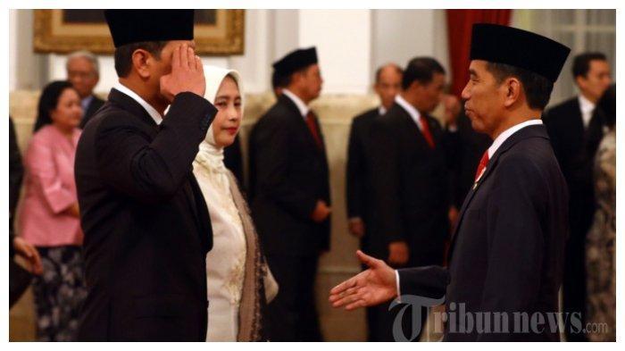 Presiden Joko Widodo (kanan) menyalami Letjen TNI Doni Monardo (kiri) usai melantiknya sebagai Kepala Badan Nasional Penanggulangan Bencana (BNPB), di Istana Negara, Jakarta, Rabu (9/1/2019). Letjen Doni Monardo diangkat menjadi Kepala BNPB menggantikan Willem Rampangilei. TRIBUNNEWS/IRWAN RISMAWAN