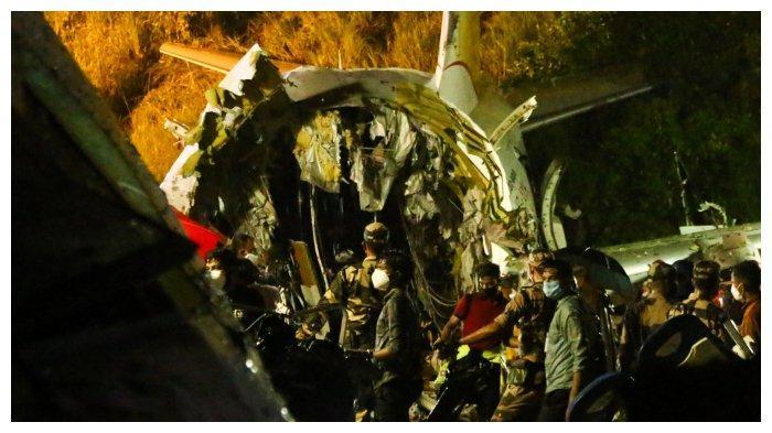 Pesawat Boeing-737 patah menjadi dua bagian setelah jatuh tergelincir di landasan pacu Bandara Internasional Calicut, Jumat (7/8/2020)