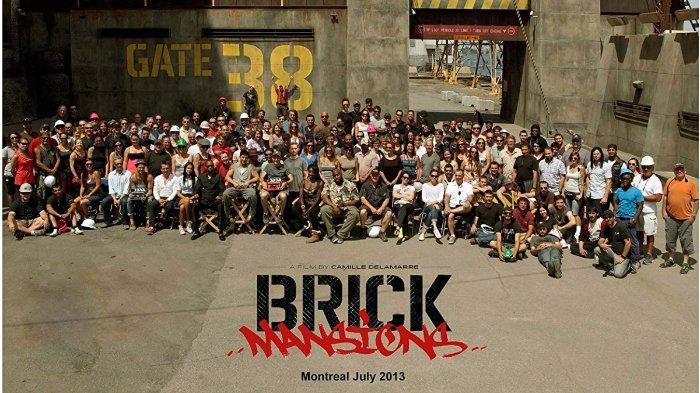 Para staf dan aktor film Brick Mansions berpose di lokasi syuting, Montreal pada Juli 2013