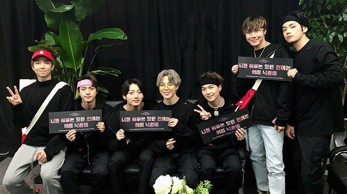 BTS saat konser terakhir mereka Love Yourself: Speak Yourself di Seoul.