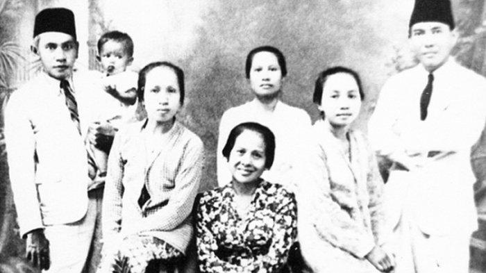 Bung Karno (kanan) dan Inggit (duduk tengah)