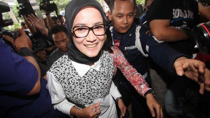 Bupati Lebak Iti Octavia Jayabaya (berbaju putih) menjalani pemeriksaan oleh Komisi Pemberantasan Korupsi di Jakarta, Selasa (19/2/2014). Iti diperiksa sebagai saksi untuk Gubernur Banten Atut Chosiyah dalam kasus dugaan suap penanganan sengketa pilkada Lebak di Mahkamah Konstitusi.TRIBUNNEWS/DANY PERMANA