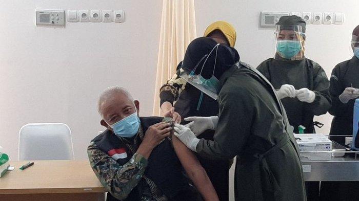 Bupati Sleman Sri Purnomo disuntik vaksin di Puskesmas Ngemplak 2, pada Kamis (14/1/2021).