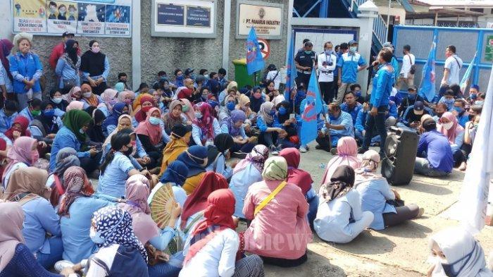 ILUSTRASI - BURUH GELAR AKSI LANJUTAN - Ribuan buruh PT Panarub industry menggelar unjukrasa di depan pabrik tempat mereka bekerja di Jalan Moh Toha, Kota Tangerang, Selasa (6/10/2020). Unjukrasa digelar sebagai protes atas disahkannya UU Omnibus Law oleh DPR yang dinilai akan menyengsarakan kehidupan para buruh. Mulai hari ini tanggal 6 hingga tanggal 8 Oktober para buruh se Tangerang Raya berencana menggelar aksi demo dan mogok kerja sebagai ungkapan kekecewaan kepada anggota dewan dan pemerintah yang mengabaikan nasib para buruh.
