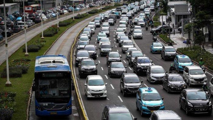 ILUSTRASI Macet saat Liburan --- Bus transjakarta melenggang di antara kemacetan di Jalan M.H Thamrin, Jakarta Pusat, Kamis (6/2/2020). Lembaga Pemantau Kemacetan Lalu Lintas TomTom memastikan Jakarta ada di posisi ke-10 kota termacet di dunia pada 2019 dengan indeks kemacetan 10 persen.(KOMPAS.com/GARRY LOTULUNG)