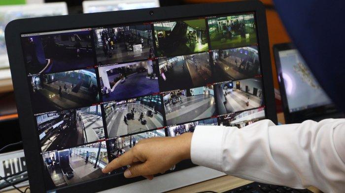 Petugas memerhatikan CCTV jalur mudik di Posko Tingkat Nasional Angkutan Lebaran Terpadu 2019, Jakarta, Rabu (29/5/2019). Posko tersebut diselenggarakan untuk memudahkan koordinasi antar instansi untuk memantau arus mudik dan arus balik. TRIBUNNEWS/IRWAN RISMAWAN
