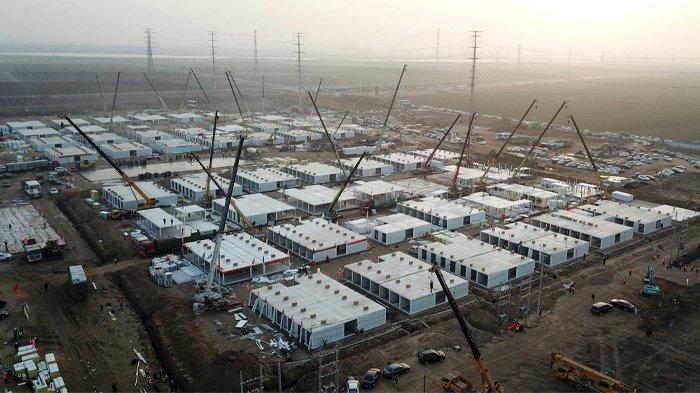 ILUSTRASI Covid yang kian parah --- Foto udara yang diambil pada 16 Januari 2021 ini menunjukkan fasilitas karantina terpusat yang sedang dibangun, di mana orang-orang yang berisiko tertular virus korona Covid-19 akan dibawa ke karantina di Shijiazhuang, di Provinsi Hebei Utara setelah provinsi tersebut menyatakan
