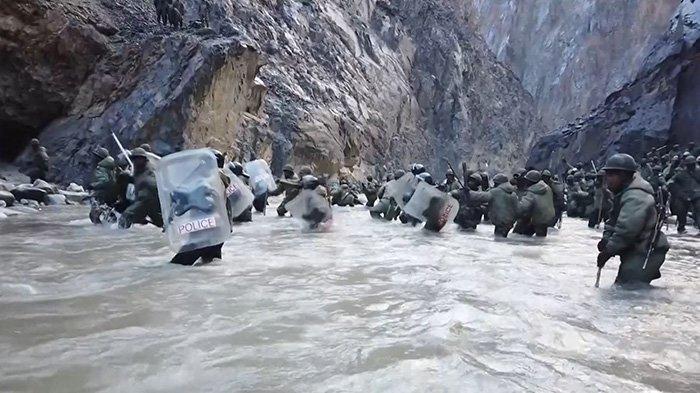 Tangkapan bingkai video ini diambil dari rekaman yang direkam pada pertengahan Juni 2020 dan dirilis oleh China Central Television (CCTV) pada 20 Februari 2021 menunjukkan tentara India menyeberangi sungai selama insiden di mana pasukan China dan India bentrok di Garis Kontrol Aktual (LAC) ) di Lembah Galwan, di Pegunungan Karakoram di Himalaya.