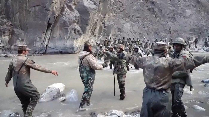 Tangkapan layar video ini diambil dari rekaman yang direkam pada pertengahan Juni 2020 dan dirilis oleh China Central Television (CCTV) pada tanggal 20 Februari 2021 menunjukkan tentara China (latar depan) dan India (kanan, latar belakang) berhadap-hadapan bak perang abad pertengahan selama insiden di mana pasukan dari kedua negara bentrok. Garis Kontrol Aktual (LAC) di Lembah Galwan, di Pegunungan Karakoram di Himalaya.