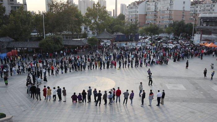 Foto yang diambil pada 12 Oktober 2020 ini menunjukkan ribuan warga yang mengantre untuk dites virus corona COVID-19, sebagai bagian dari program pengujian massal menyusul wabah virus corona baru di Qingdao, di Provinsi Shandong timur China. Hanya dalam waktu dua hari, 12-13 Oktober 2020, sebanyak 4,2 juta penduduk kota ini berhasil melakukan swab test.