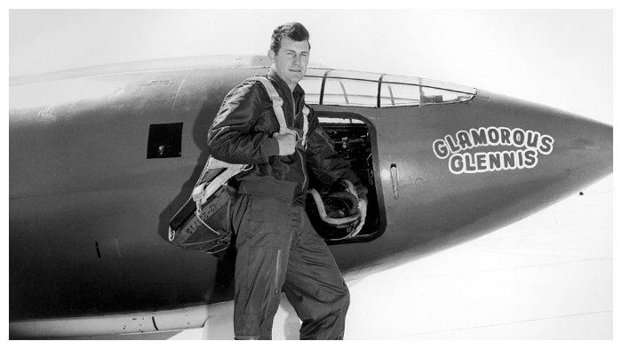 Chuck Yeager di samping X-1