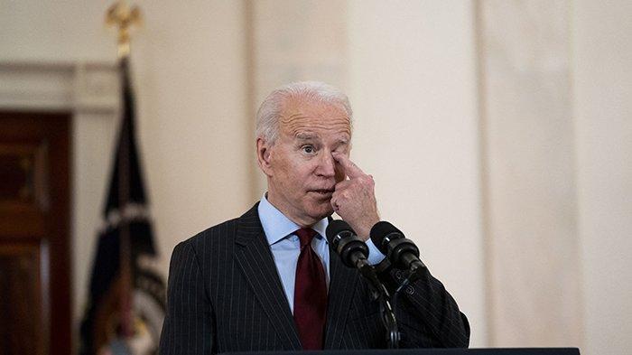 Presiden AS Joe Biden menyampaikan pernyataan tentang lebih dari 500.000 nyawa yang hilang karena COVID-19 di Cross Hall Gedung Putih 22 Februari 2021 di Washington, DC.