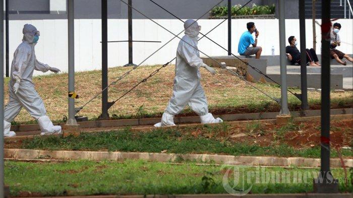 Petugas medis saat berjalan di ruang terbuka Wisma Atlet Kemayoran, Jakarta Pusat, akhir November tahun lalu. Media luar negeri mulai menyoroti penanganan pasien covid-19 di Indonesia karena seorang pasien covid meninggal dunia setelah ditolak 10 rumah sakit.