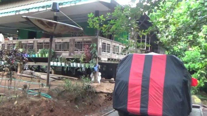 Seorang warga di Kabupaten Takalar, Sulawesi Selatan memperlihatkan mobil baru yang baru dibelinya usai menerima uang tunai ratusan juta dari proyek pembebasan lahan Bendungan Pammukulu. Rabu, (19/5/2021).