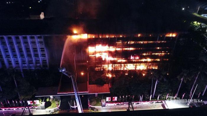 damkar-memadamkan-api-yang-membakar-gedung-kejaksaan-agung.jpg