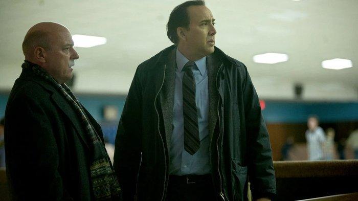 Dean Norris (kiri), dan Nicolas Cage di The Frozen Ground (2013)