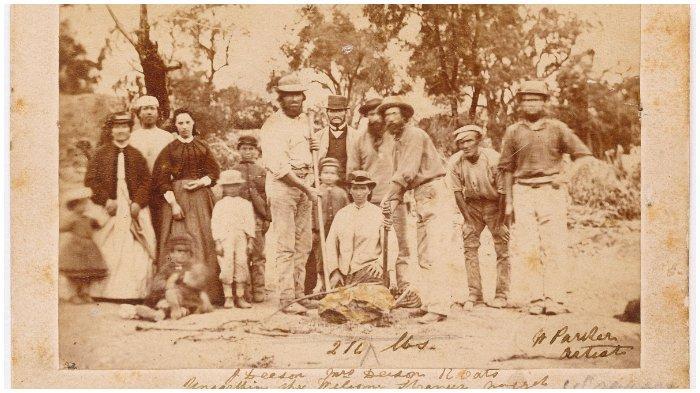 Deason dan Oates berfoto bersama keluarganya dan penambang lainnya