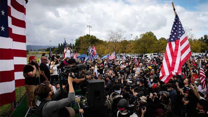 Suasana negara bagian Oregon di tengah pandemi, tepatnya di Portland, Oregon, 26 September 2020. saat nggota kelompok sayap kanan