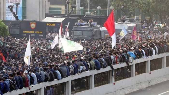 Ribuan mahasiswa menggelar aksi demonstrasi di depan Gedung DPR/MPR, Senayan, Jakarta Pusat, Senin (23/9/2019). Mereka menolak Revisi UU KPK dan RKUHP. (TRIBUNNEWS/JEPRIMA)