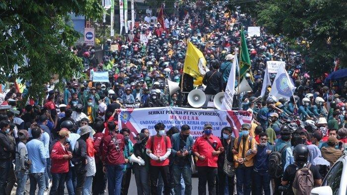 Ribuan massa yang berasal dari gabungan mahasiswa dan buruh melakukan longmarch menuju gedung DPRD Lampung, Rabu (7/10/2020). Mereka terlihat memadati Jalan Wolter Monginsidi, Bandar Lampung, sehingga membuat ruas jalan nasional tersebut lumpuh seketika.