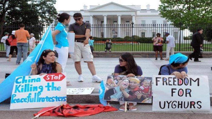 Aksi damai protes terhadap pemerintahan China atas pelanggaran HAM yang terjadi kepada etnis Uighur. Aksi dilakukan di depan Gedung Putih, Amerika Serikat.