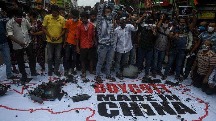 FOTO: Terlihat banyak orang turun di jalanan di kota-kota di India. Mereka membakar bendera China dan merusak barang-barang elektronik buatan China